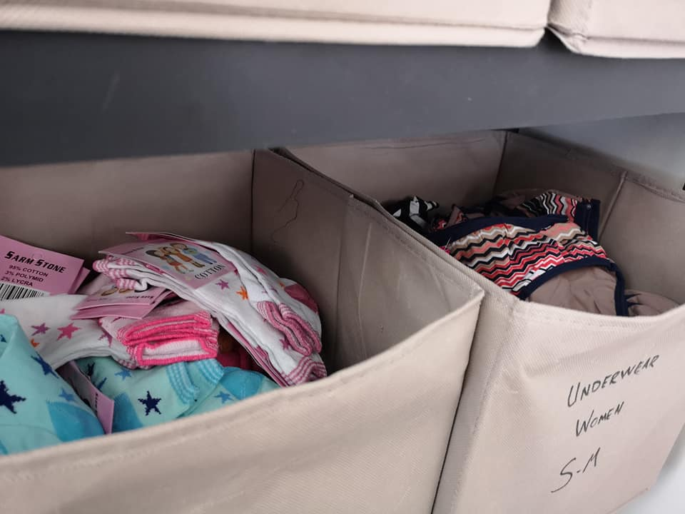 Undertøy og sokker til distribusjon i flyktningleiren Skaramagas