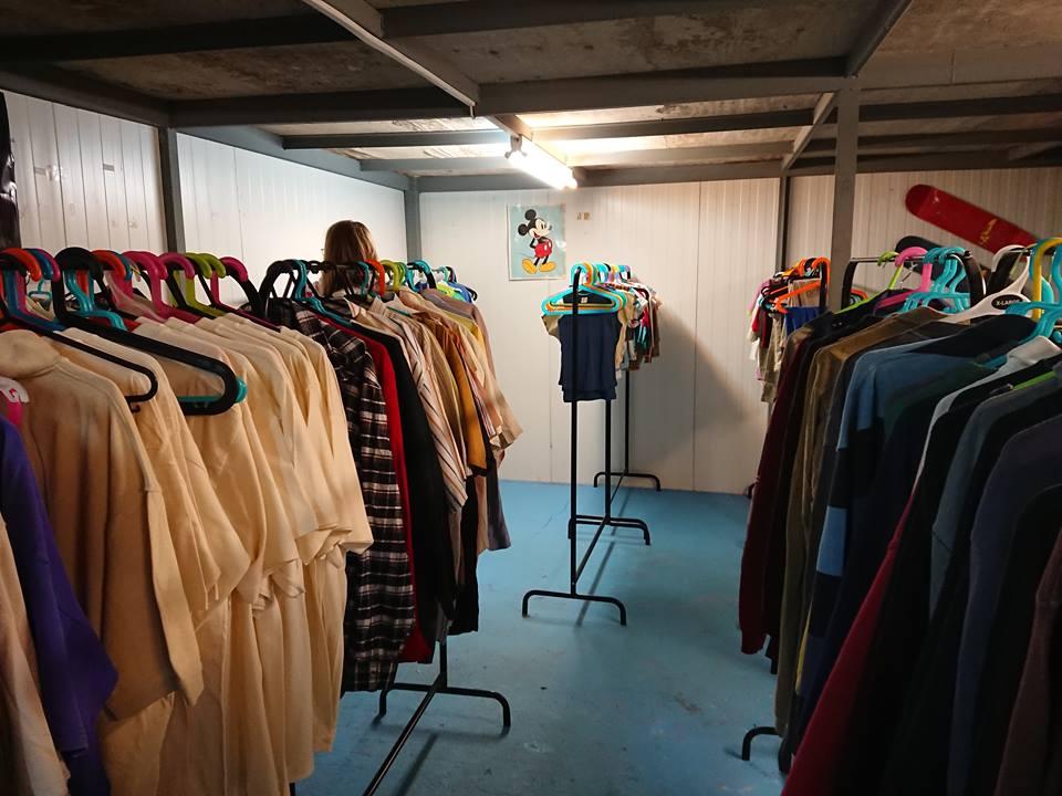 Distribusjon av klær i vår Drop Shop i flyktningleiren Skaramagas