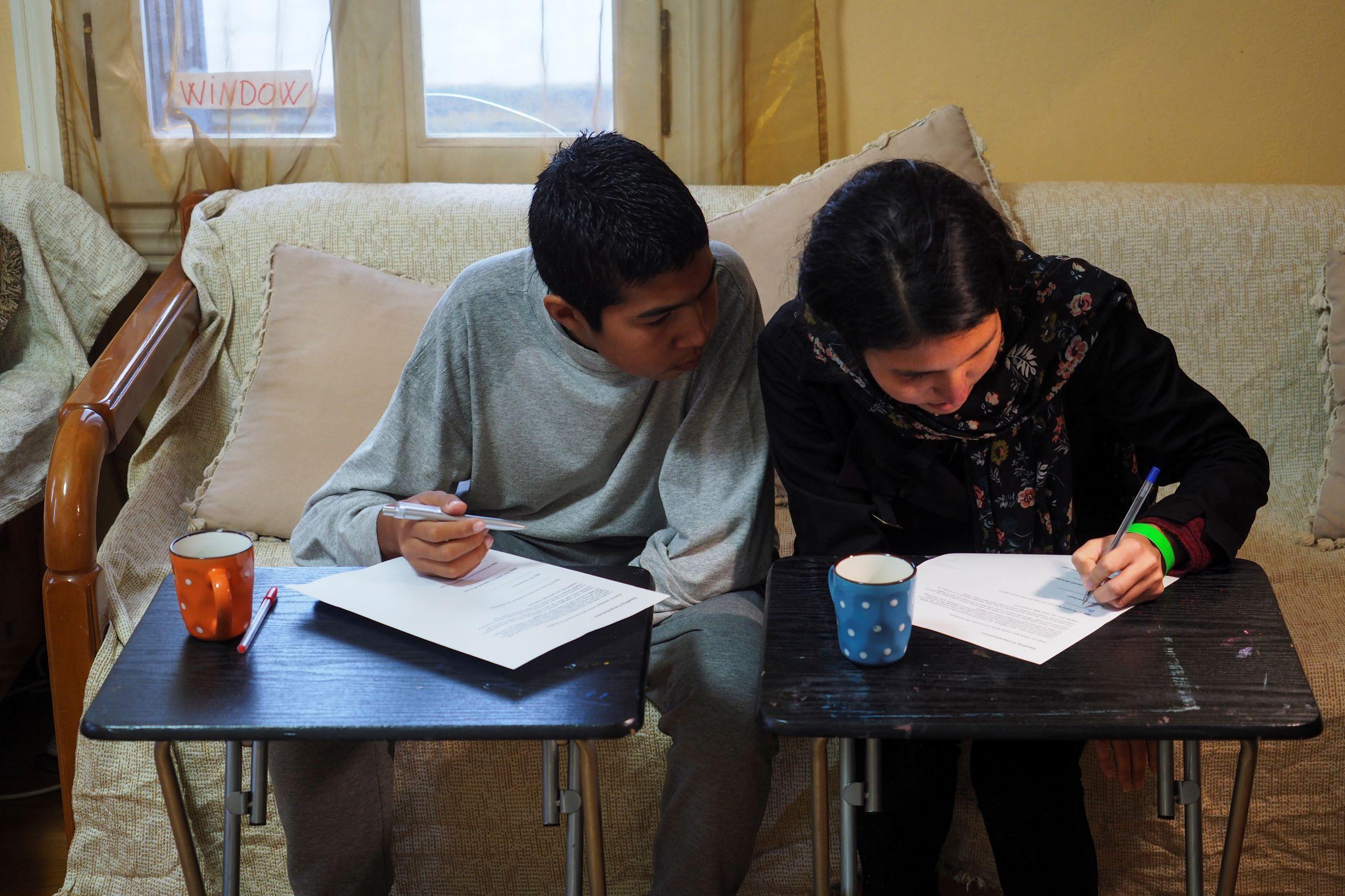 Fatema og Ahmad gjør lekser