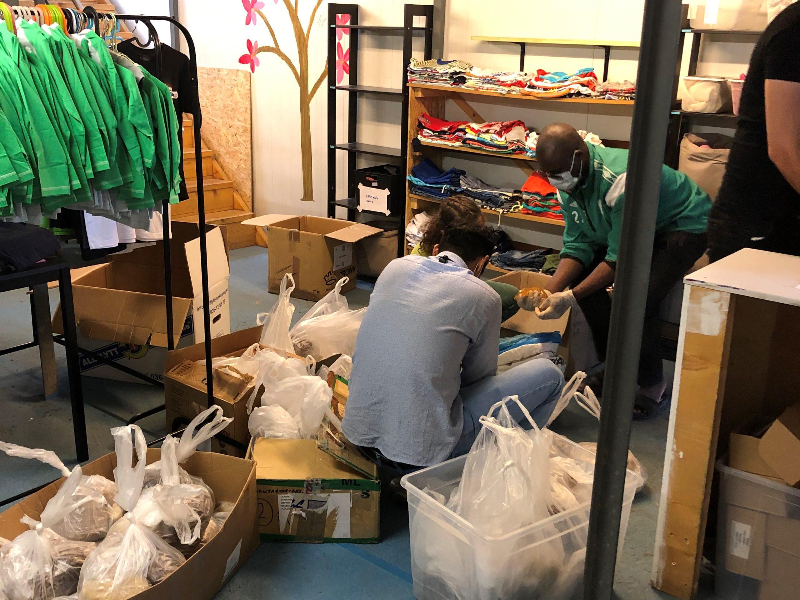 Feltarbeidere pakker matdistribusjoner